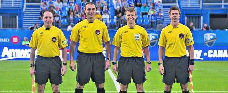 Richard Gamache (à droite) pourra dorénavant agir à titre d'arbitre lors des plus grandes compétitions de soccer. Photo Courtoisie Association canadienne de soccer