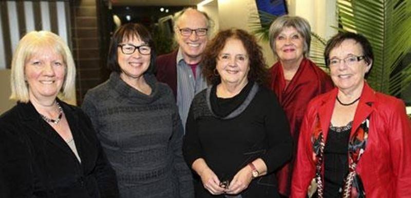 Visit'Art vient de nommer son nouveau conseil d'administration. Il est composé de, à l'avant de gauche à droite, France Ledoux, secrétaire; Cécile Brodeur, Denise Girard, présidente par intérim; et Estelle Huot. À l'arrière, François Plante, trésorier et Francine DeBlois. Marie Jetté fait aussi partie du conseil.