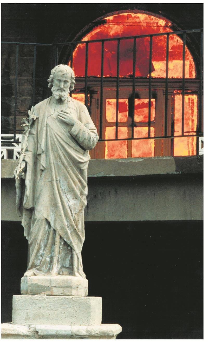 « La statue représente bien la tristesse de cette journée. Le personnage semble comprendre à ce moment-là que le collège est perdu », a commenté le photographe 25 ans après avoir appuyé sur le déclencheur. Photo Patrick Deslandes | Le Courrier ©