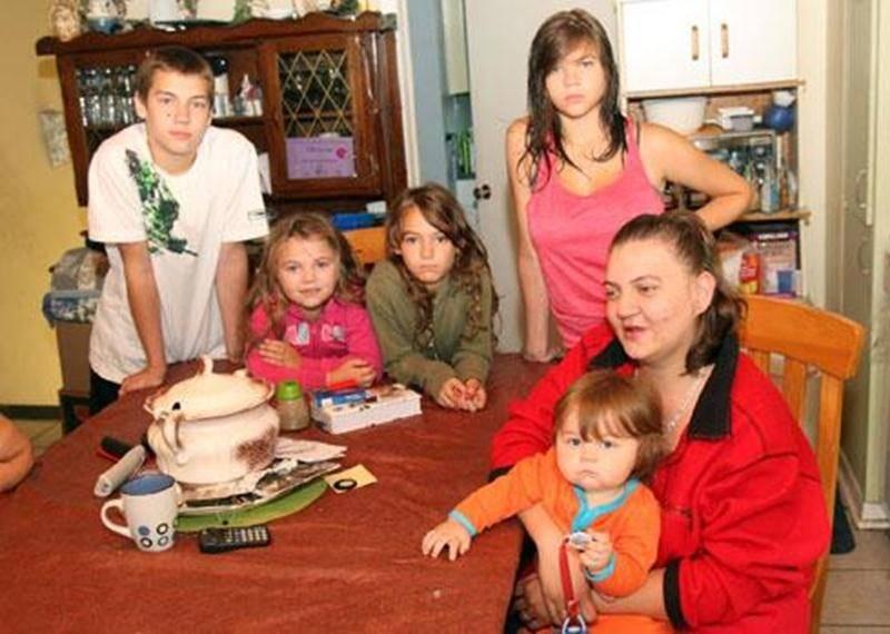 Mélanie St-Pierre et ses cinq enfants partagent depuis le début de l'été le petit 4 et demi de la grand-mère maternelle et de son conjoint.