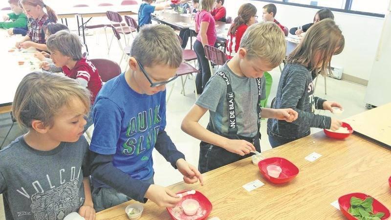 Les ateliers culinaires donnent la chance aux jeunes de développer des compétences  qui leur permettront de s'alimenter plus sainement. Photo courtoisie