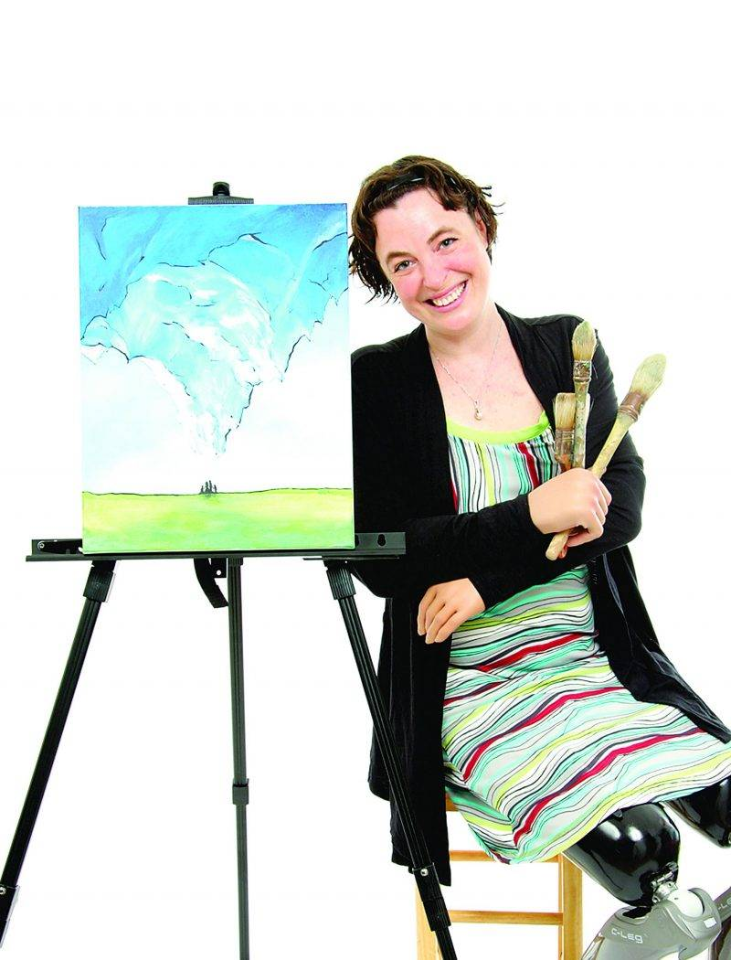 Marie-Sol St-Onge, Maskoutaine et artiste peintre, est un exemple de persévérance et de courage. Cette miraculée a combattu la bactérie mangeuse de chair en mars 2012. Même après y avoir laissé ses mains et ses jambes, elle est en forme plus que jamais et poursuit ses rêves. Photo courtoisie