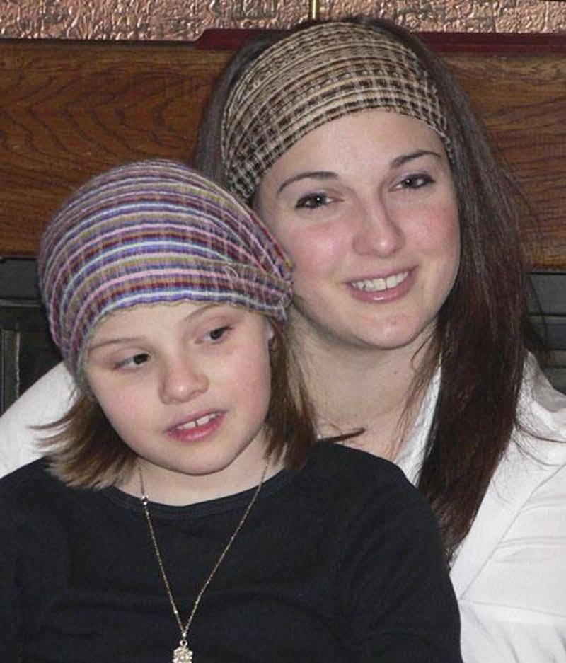 Joanie Rondeau mène avec détermination une collecte de fonds pour permettre à sa fille Rosalie d'obtenir un traitement qui pourrait lui rendre la vue.