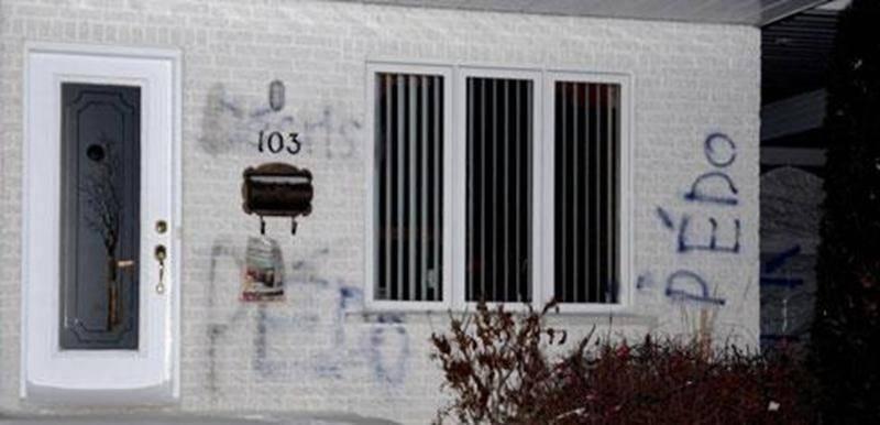 Des graffitis haineux sont apparus sur les murs de la résidence de Réal Savard, qui ne l'habite plus.