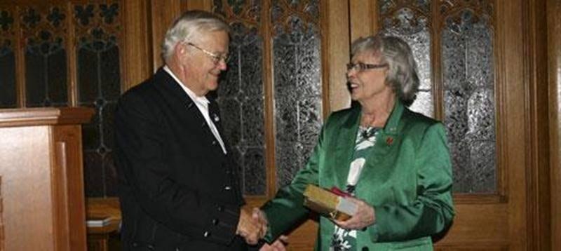 Le président du Sénat, Noël A. Kinsella, a souligné le travail exceptionnel accompli par la sénatrice Andrée Champagne avant de lui remettre un dernier présent.