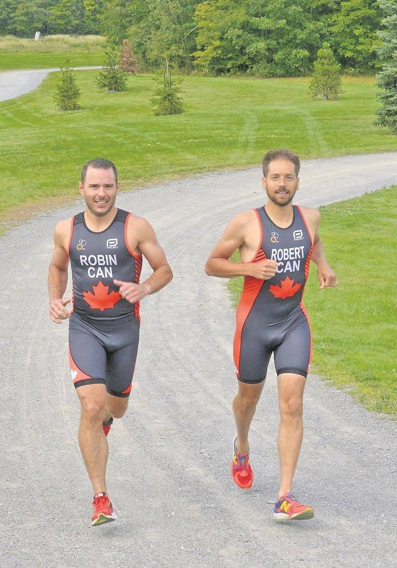 Jonathan Robin et Olivier Robert se sont envolés hier pour Rotterdam où est tenu le Championnat du monde de triathlon. Photo François Larivière   Le Courrier ©