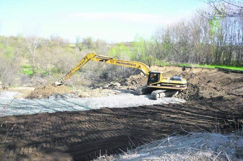 Au cours des cinq dernières années, pas moins de 15 millions $ auront été investis pour stabiliser les berges de la rivière Salvail par l'adoucissement des talus et de l'empierrement à leur base. Photo municipalité de Saint-Jude