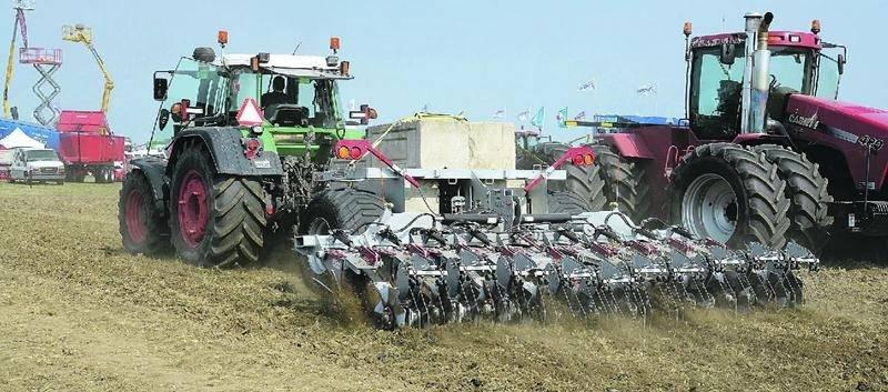 Les roues en étoiles robustes de cet équipement agricole permettent de décompacter les sols jusqu'à 12 pouces de profondeur, tout en gardant la matière organique en surface.  Photo François Larivière | Le Courrier ©