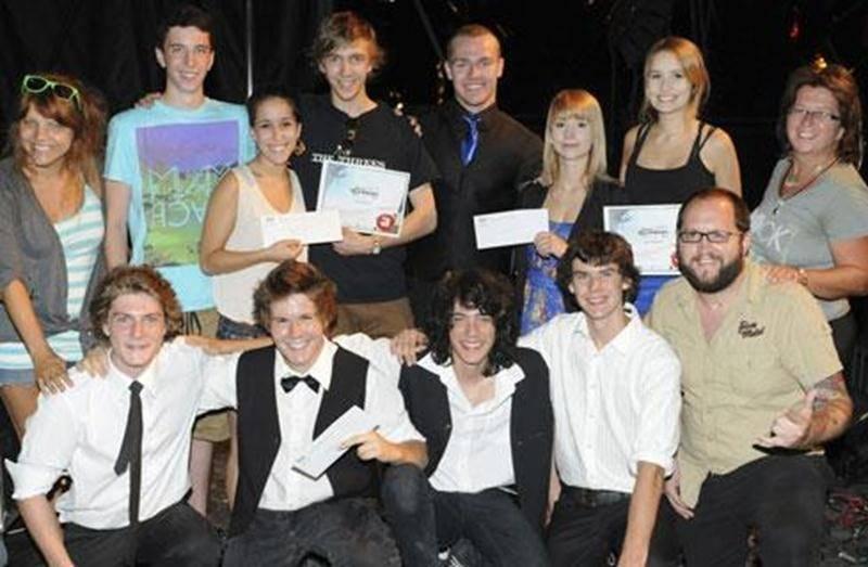 Les gagnants de la finale régionale du concours Jeunes Talents — Bêtes de scène en compagnie des juges lors de la remise des prix.
