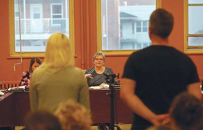 Après le conseil municipal, des parents du quartier Douville se sont déplacés au conseil des commissaires pour exprimer leurs préoccupations sur l'emplacement de la future école primaire maskoutaine.