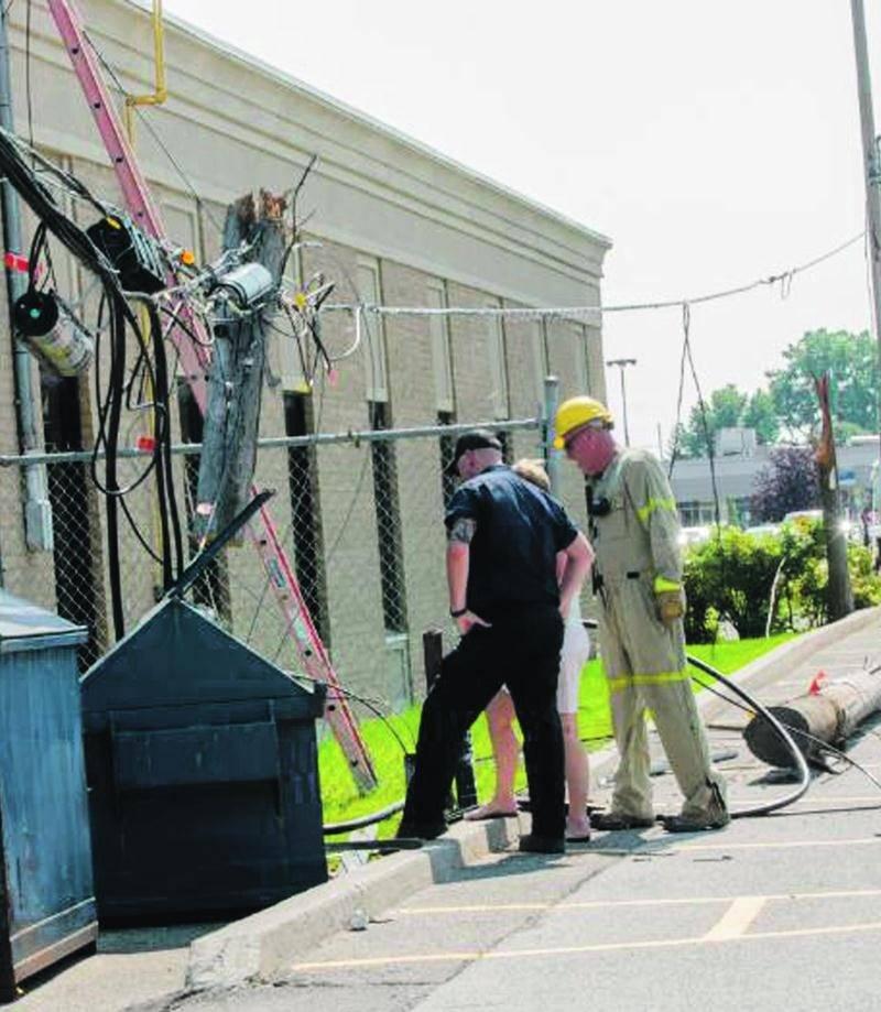 Deux poteaux d'Hydro-Québec ont carrément cédé dimanche, puis trois transformateurs ont chuté, causant une fuite d'huile dans un stationnement commercial du boulevard Casavant Est. Photo Bruno Beauregard