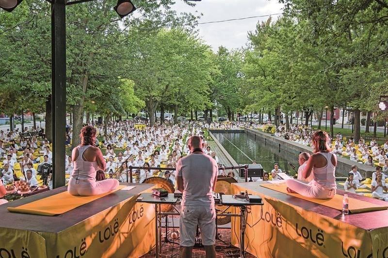 La séance de yoga qui durait plus d'une heure dans le parc Casimir-Dessaulles était animée par les professeurs Émilie Coué et Perrine Marais. Le tout était accompagné de musique en direct avec un DJ. Plus de 800 personnes toutes vêtues de blanc ont participé à cette séance unique au coucher du soleil.