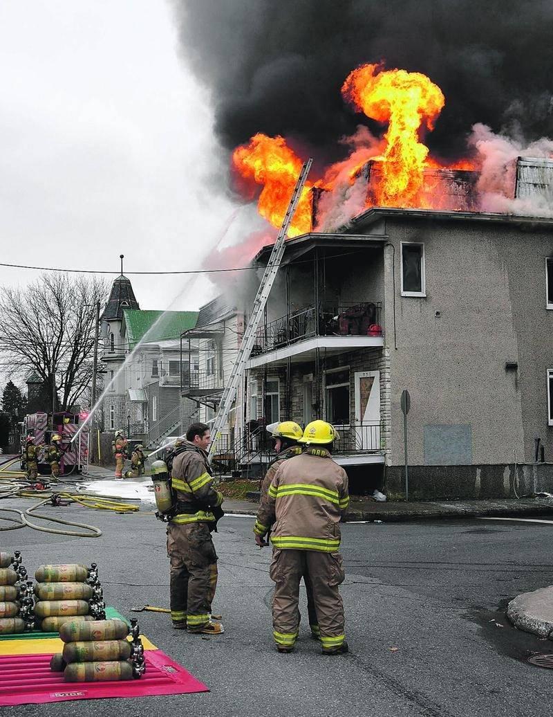 Les flammes se sont rapidement propagées à la structure de l'immeuble à logement. Photo François Larivière | Le Courrier ©