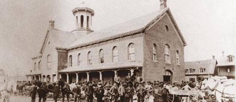 Le marché d'Acton Vale, construit en 1862 et démoli en 1947. La photo date de 1898.