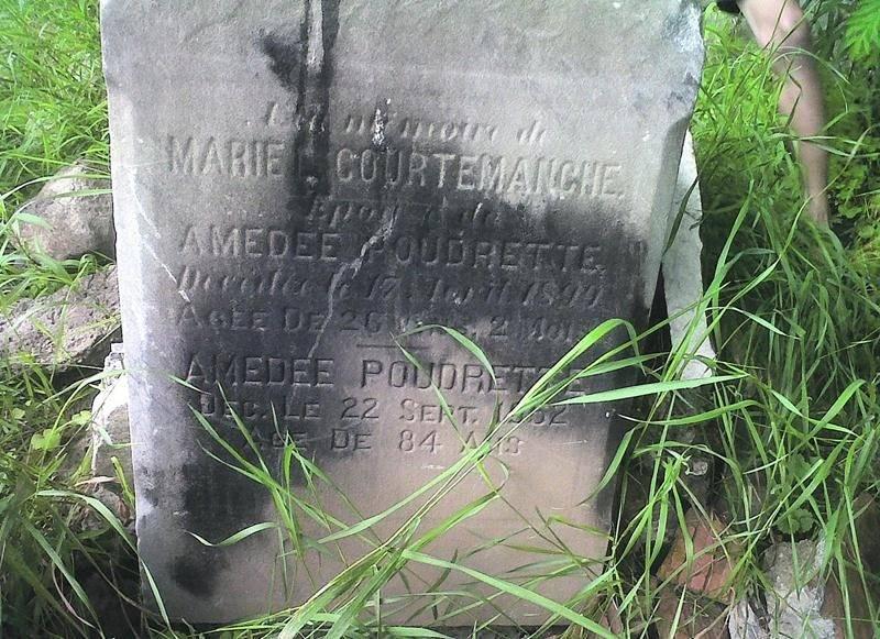 Des pierres tombales brisées ont été aperçues en bordure de la rivière Yamaska, derrière le cimetière de la Cathédrale de Saint-Hyacinthe, par un citoyen qui se promenait en canot.  Photo Erick Thibault