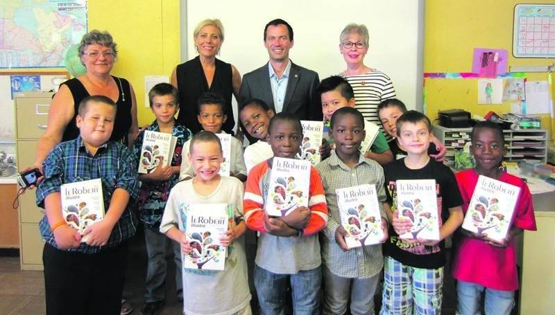 Sur la photo on aperçoit Pierre Dumaine et Louise Brouillette, du Club Rotary, qui ont remis des dictionnaires aux élèves de l'école Lafontaine.