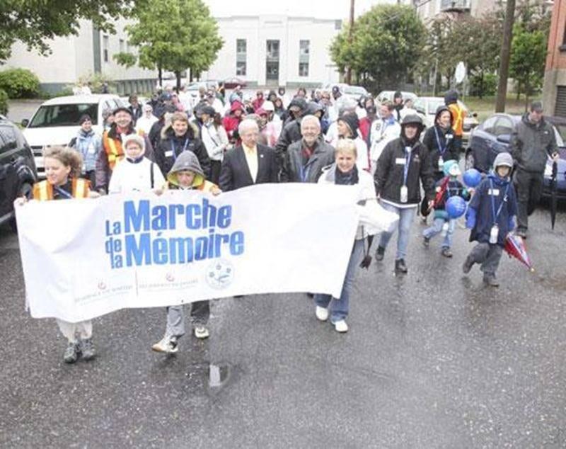 Même si Dame nature n'était pas au rendez-vous, la Marche de la Mémoire a attiré près de 200 marcheurs qui se sont réunis afin de soutenir la cause des personnes atteintes de la maladie d'Alzheimer et de leurs proches aidants.