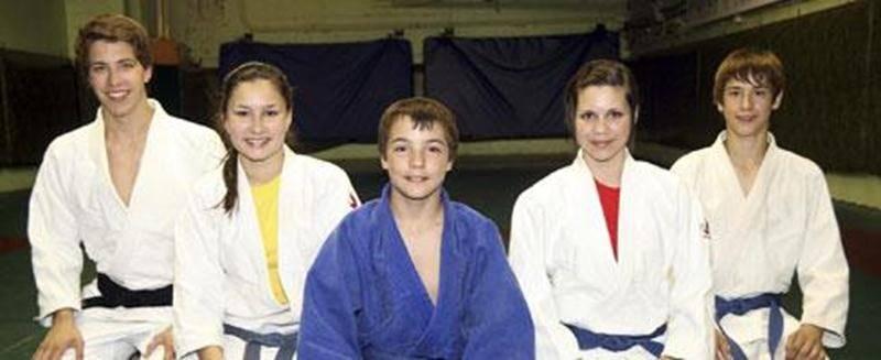 Une délégation de six judokas maskoutains sera aux championnats canadiens. De gauche à droite : Jérémie Poirier, Audrey Poirier, Marc-Antoine Morin, Sandrine Fournier et Émile Charbonneau. Absent sur la photo : Benjamin Daviau.