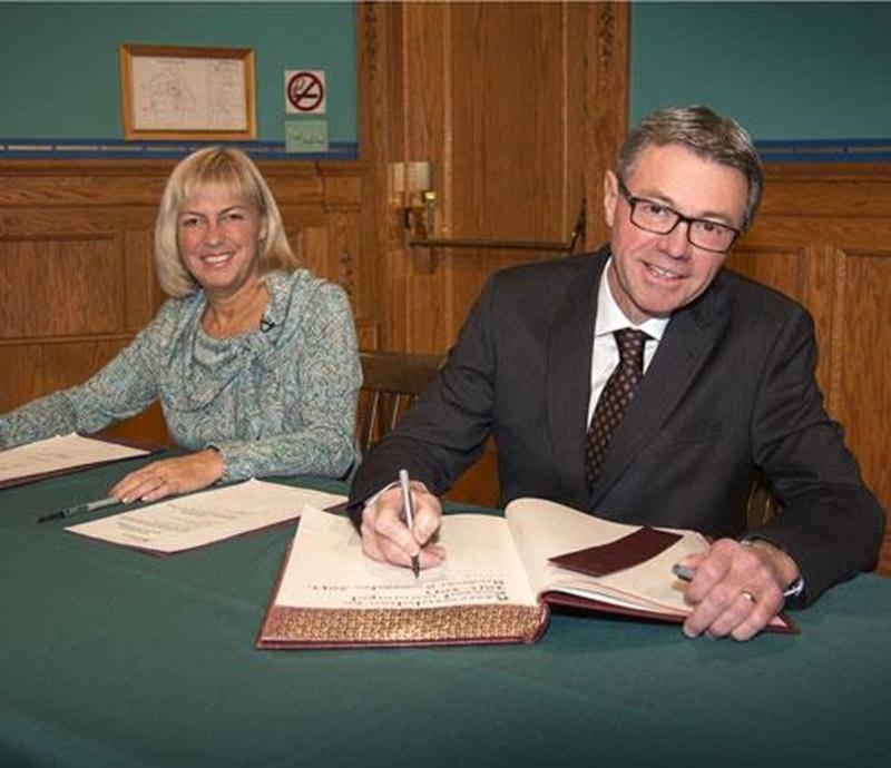 Le nouveau maire de Saint-Hyacinthe, Claude Corbeil signe le livre d'or de la municipalité lors de la cérémonie d'assermentation. À ses côtés, la greffière de la Ville, M e Hélène Beauchesne.