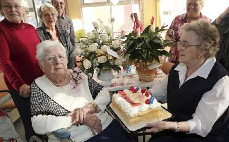 C'est entourée de sa belle-famille et de ses amis que Lucienne Lajoie a célébré le 6 février son 100<sup>e</sup> anniversaire de naissance au Centre Andrée-Perreault. Sur la photo sont réunis, à l'avant, Juliette Girard, la jubilaire Lucienne Lajoie-Girard et Marie-Claire Girard. À l'arrière : Monique Girard et Maurice Girard.