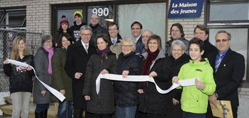 Le maire de Saint-Hyacinthe, Claude Corbeil, était bien entouré pour couper le ruban à l'inauguration de la Maison des Jeunes de Saint-Hyacinthe, nouvelle version.