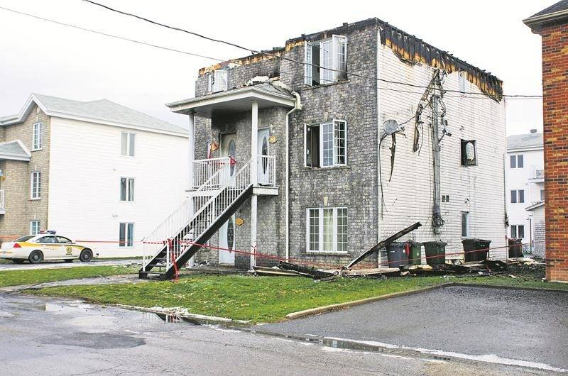 Trois familles se sont retrouvées à la rue à la suite de l'incendie suspect qui a ravagé cet immeuble à logements de l'avenue Jacques-Cartier, à Saint-Pie. Photo Courtoisie