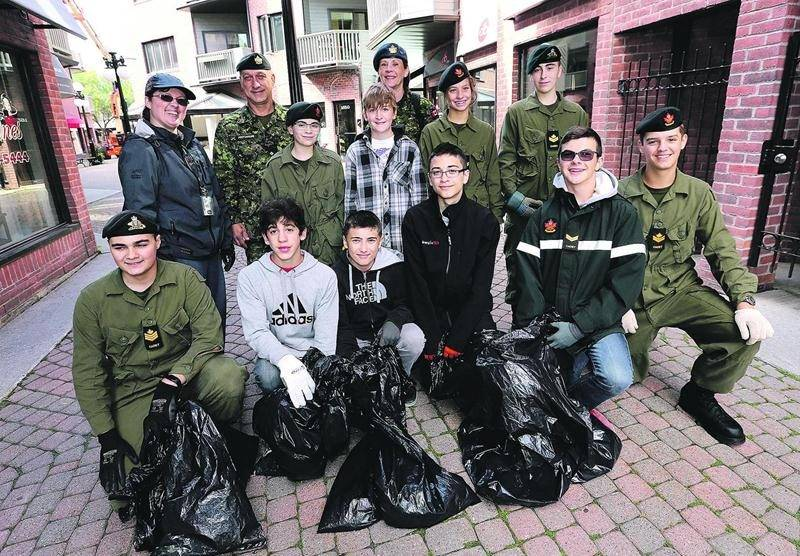Les cadets du Corps de cadets No.1 Saint-Hyacinthe ont nettoyé un secteur du centre-ville de Saint-Hyacinthe dans le cadre de l'activité « Les cadets dans la communauté », le dimanche 20 septembre. Photo Robert Gosselin | Le Courrier ©