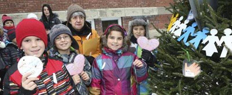 Dans le cadre de la campagne annuelle de sensibilisation contre la violence, l'Afeas de Saint-Hyacinthe a pris part, pour une 12 e année consécutive, à la décoration de l'Arbre de la paix érigé devant les locaux de la Commission scolaire de Saint-Hyacinthe. L'Opération Tendre la main s'est tenue le mardi 3 décembre et ce sont les élèves de l'école Saint-Sacrement qui ont participé à la décoration de l'arbre. À cette occasion, des rubans blancs en signe de non-violence, des boules et des coeurs g