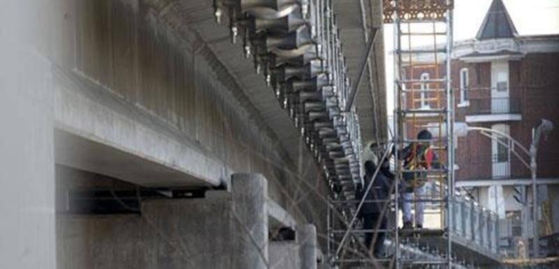 Une conduite d'aqueduc qui garantira l'alimentation en eau du secteur La Providence, au sud de la rivière Yamaska, est maintenant bien accrochée à la structure du pont Barsalou. Ces travaux qui ont entraîné la fermeture de la bretelle d'accès à la rue Marguerite-Bourgeois au cours des dernières semaines devraient se terminer avant Noël. Munie d'une gaine isolante et chauffante, la nouvelle conduite aérienne suppléera au vieillissement de l'une des deux conduites sous-marines qui traversent le li