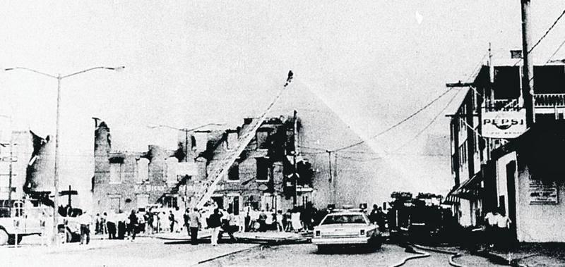 L'une des photos de l'incendie publiées dans les pages du COURRIER en 1981. Photo Raymond Bélanger | Archives Le Courrier ©