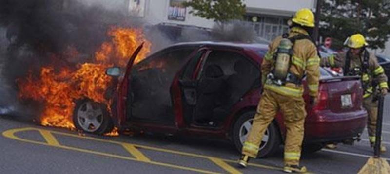 Une voiture a pris feu dans le stationnement des Galeries Saint-Hyacinthe lundi en fin d'après-midi. Heureusement, aucun autre véhicule n'était garé à proximité de la Volkswagen rouge. Les pompiers n'ont mis que 15 minutes pour maîtriser les flammes à l'avant de l'automobile. « Pour l'instant, rien ne laisse croire que le feu soit d'origine criminelle », avance Daniel Dubois, directeur du Service des incendies de Saint-Hyacinthe. Il serait plutôt d'origine électrique ou mécanique. Personne n'a é