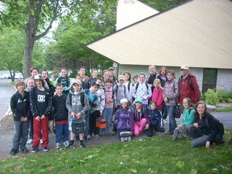 Une trentaine d'élèves de l'école St-Pierre de Saint-Valérien-de-Milton ont profité d'une visite récréoéducative dans le parc national du Mont Saint-Bruno, le 2 juin, dans le cadre du programme À l'école de la nature. En participant à une activité de découverte animée par un garde-parc naturaliste et à une activité de découverte autoguidée, les élèves ont pu bénéficier d'un enseignement concret en plein cœur de paysages à couper le souffle. Le programme, développé par la Fondation québécoise en