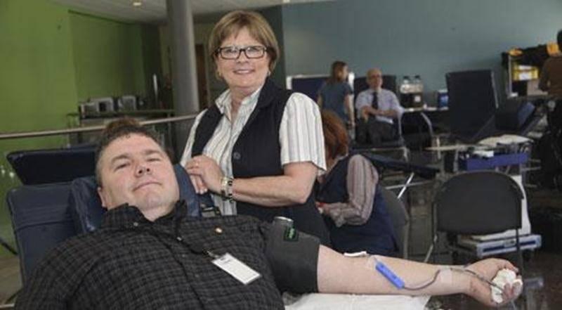 Le 23 avril avait lieu la collecte de sang annuelle d'Intact Assurance à Saint-Hyacinthe. Au total, 124 employés ont répondu à l'appel (l'objectif était de 120 donneurs) et ainsi démontré qu'ils peuvent faire une différence. Comme chaque don de sang permet de sauver jusqu'à quatre vies, ce beau partage permettra d'en sauver 496. Sur la photo, Luc Pouliot (45 e don), d'Intact Assurance; et Diane St-Amand, d'Héma-Québec.