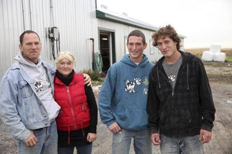 Marco Casavant et sa conjointe Chantal Plourde accompagnés de leurs deux fils Kevin et Maxime.