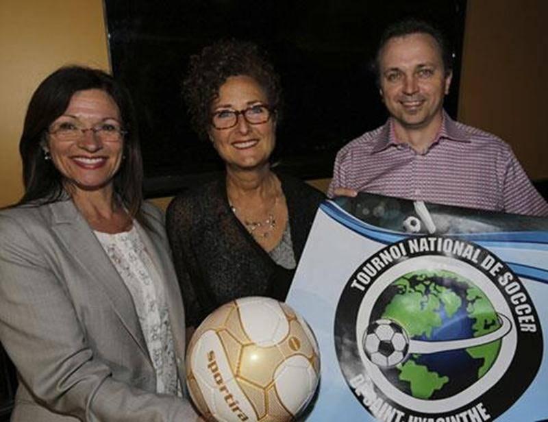 Sur la photo, la présidente du tournoi, Louise Arpin, en compagnie de la présidente d'honneur, Johanne Brabant, et de Patrick Cordeau, président des Loisirs Saint-Joseph.