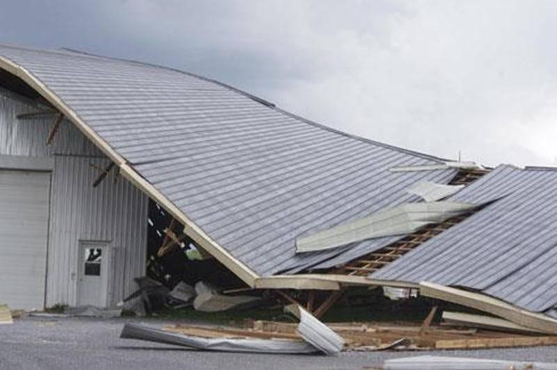 Un bâtiment du rang de l'Égypte à Saint-Valérien a été soufflé par les forts vents samedi durant l'orage en soirée.