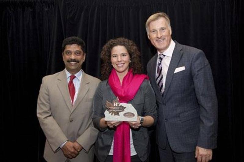 Sur la photo, de gauche à droite : Gopal Rao, vice-président régional, Ventes & Marketing (IHG Canada); Nellie Robin, présidente (Holiday Inn Express & Suites Saint-Hyacinthe); et l'honorable Maxime Bernier, ministre d'État (Petite Entreprise et Tourisme).