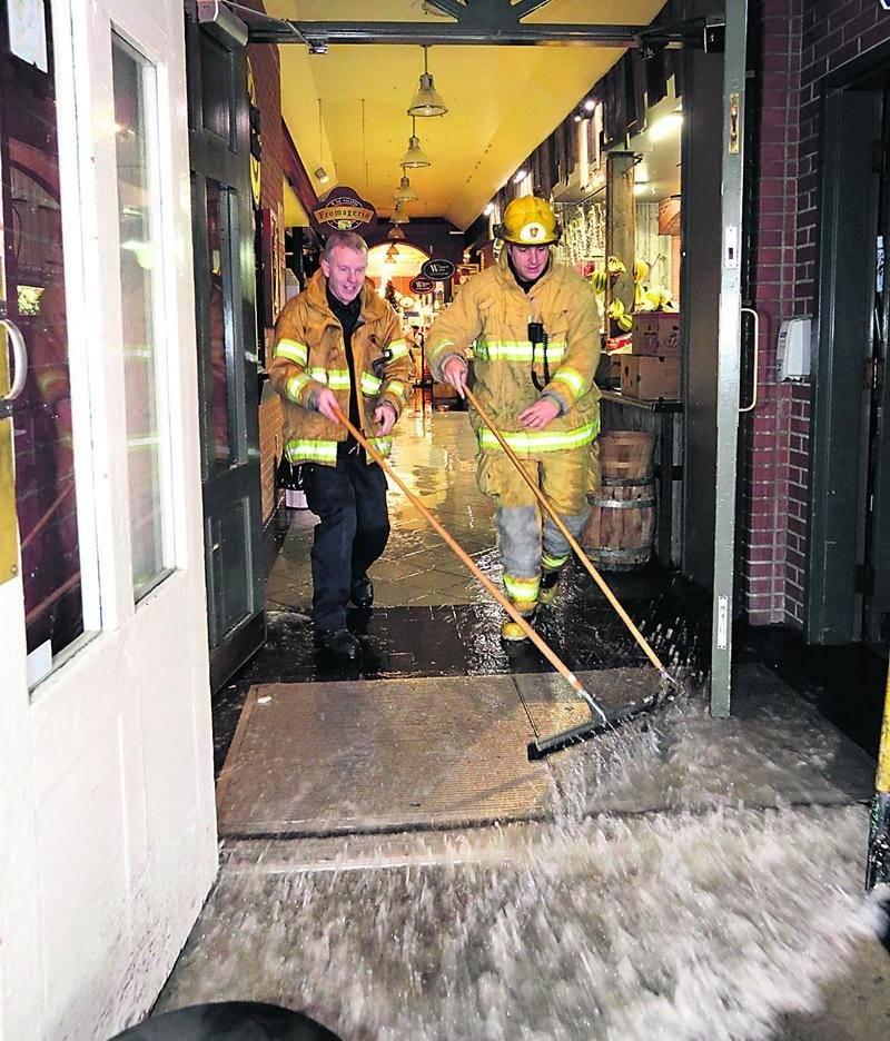 Une dizaine de pompiers sont intervenus pour évacuer l'eau qui s'accumulait dans l'allée du Marché public. Photo Robert Gosselin   Le Courrier ©