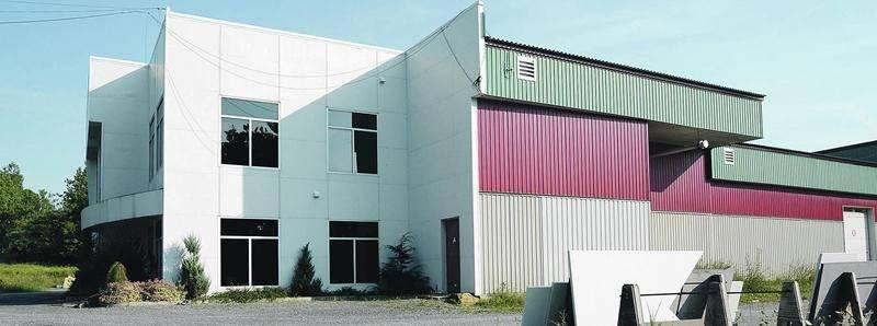 La bâtisse industrielle où faisait affaire l'entreprise Stratech à Saint-Dominique vient d'être vendue à la Ferme Bunny.  Photo François Larivière | Le Courrier ©