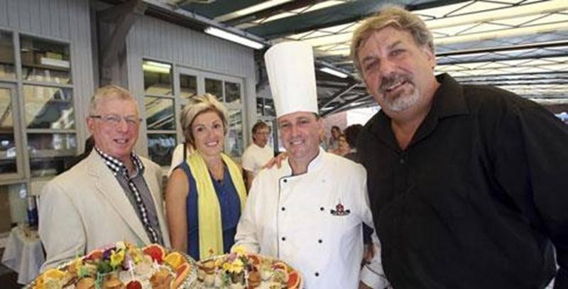 Dans l'ordre habituel, Claude Marchesseault, président du Rendez-vous des papilles, Marie-Claude Lapointe, du Service des loisirs, Christian Mazé, chef au restaurant Le Parvis, et le président d'honneur du souper gastronomique, Mario de Tilly.