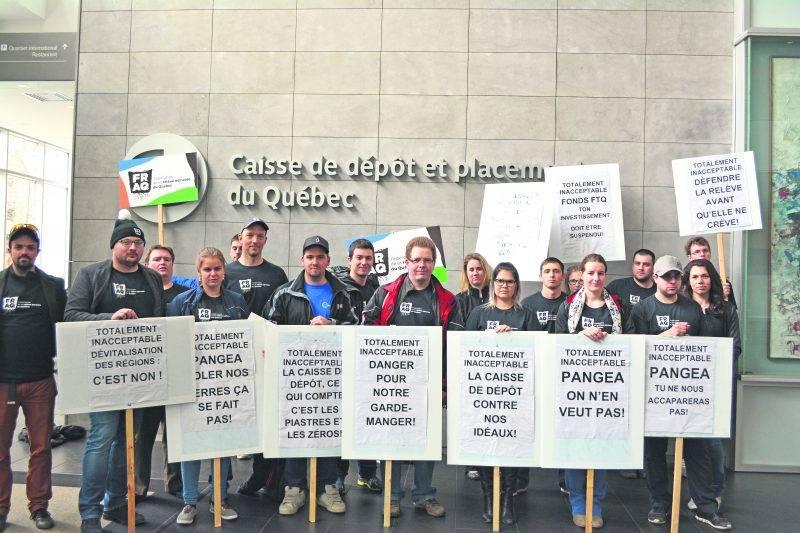 Plusieurs membres de l'Association de la relève agricole de Saint-Hyacinthe se sont joints le 3 mai à une manifestation de la Fédération de la relève agricole du Québec au siège social de la Caisse de dépôt et placement du Québec.