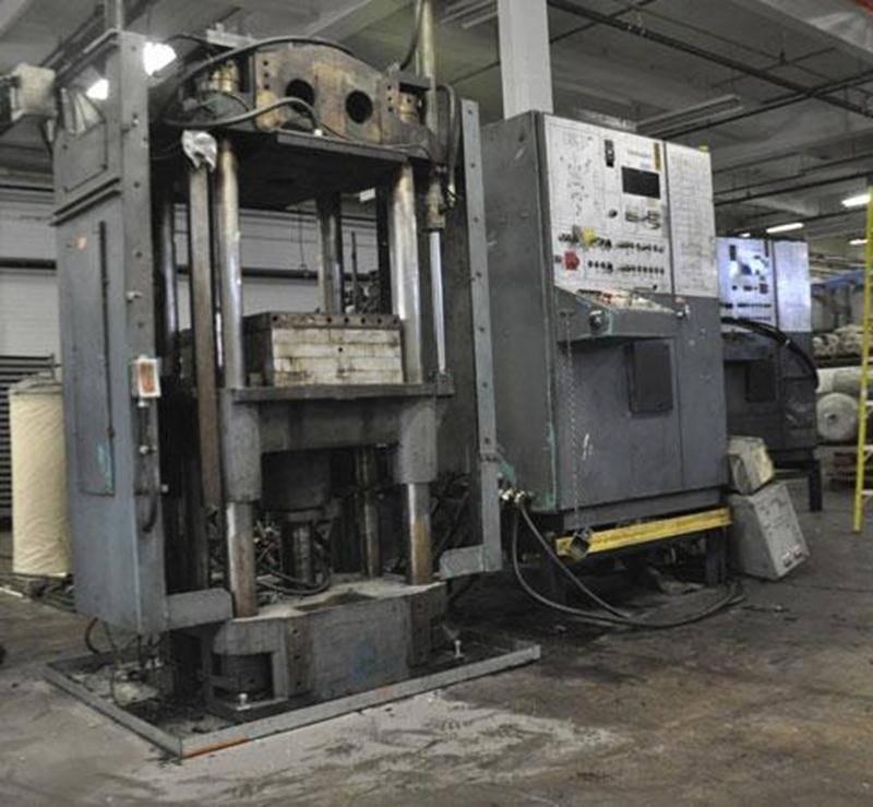Les nouvelles presses à injection en provenance de Kitchener permetteront à l'usine d'Acton Vale de produire elle-même les semelles pour bottes de pompier.