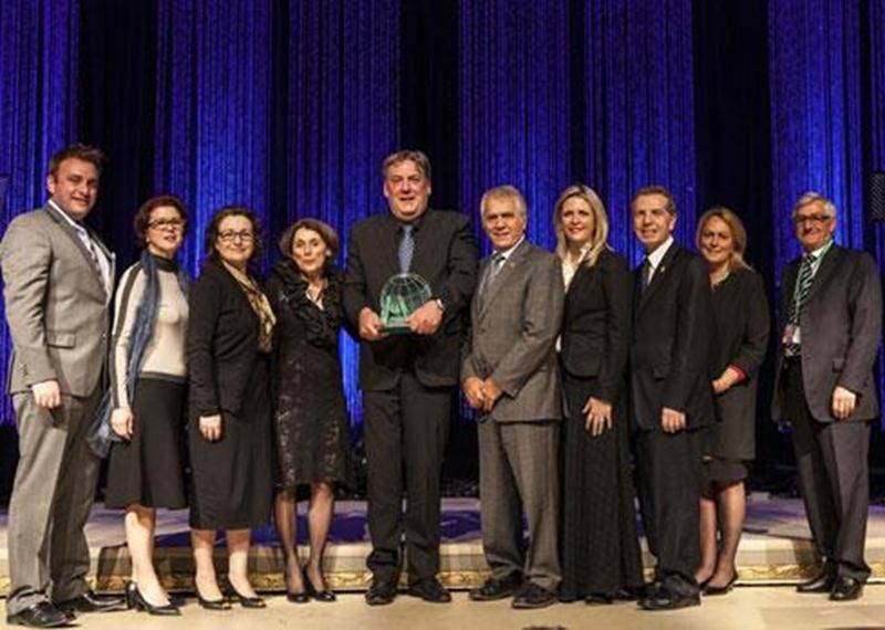 Mario De Tilly pose en compagnie des membres du jury de sélection du Trophée André-Latour et du ministre de l'Agriculture, François Gendron.