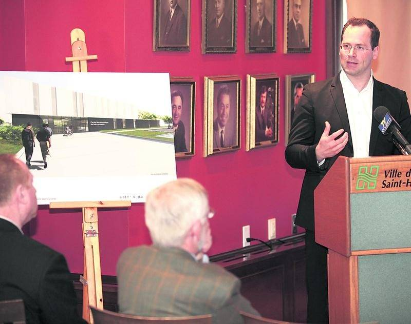 L'architecte Maxime-Alexis Frappier de la firme maskoutaine ACDF lors de la présentation en avril 2010, des maquettes du futur centre aquatique de Saint-Hyacinthe. Photothèque | Le Courrier ©