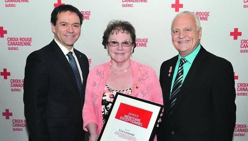 De gauche à droite : Michel Léveillé, Directeur général de la Croix-Rouge au Québec, Lise Lemonde, bénévole Croix-Rouge à Saint-Hyacinthe et Jean-Claude Bellavance, président du Conseil du Québec de la Croix-Rouge.