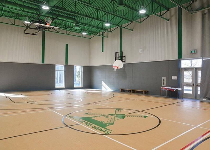 La fierté de la nouvelle école de Saint-Barnabé réside dans son gymnase, un petit joyau pour une école de seulement quatre classes où le basketball est l'activité de prédilection. Photo François Larivière | Le Courrier ©