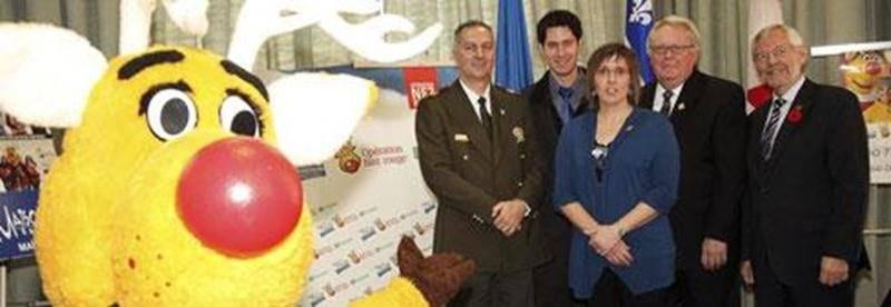 Joël Paquin, lieutenant à la Sûreté du Québec; Luc-André Vandal, représentant de Desjardins; Julie Lepage, coordonnatrice d'Opération Nez rouge; Roland Legault, représentant de la Société de l'Assurance automobile du Québec; et Claude Bernier, maire.