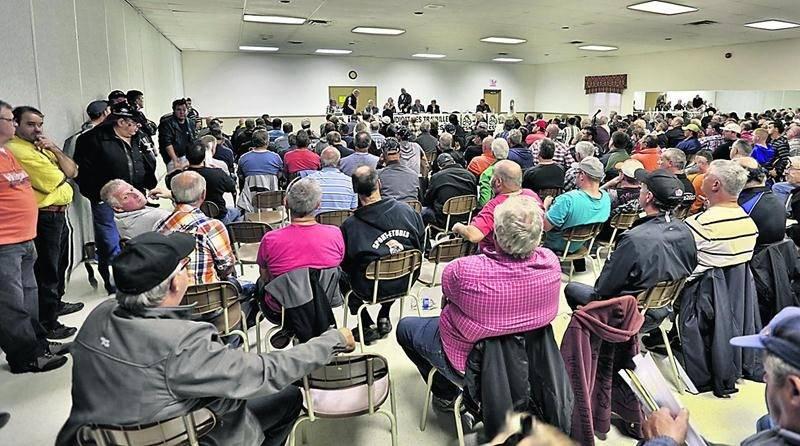 Environ 250 ex-travailleurs de l'usine Olymel de Saint-Simon ont fait salle comble au centre des loisirs de Saint-Thomas-d'Aquin. Photo Robert Gosselin   Le Courrier ©