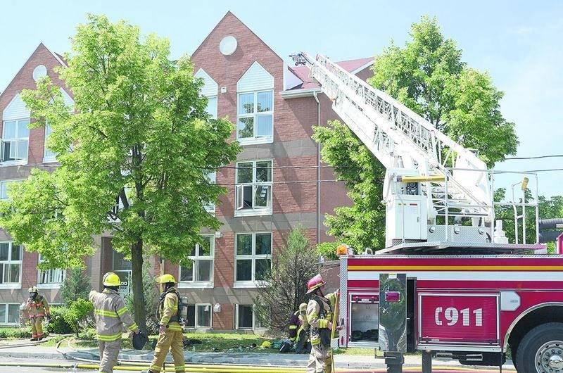 Peu visible de l'extérieur, l'incendie a malgré tout laissé sa marque de façon considérable dans cet immeuble à logements de la rue Boullé alors que les dommages sont évalués à plus de 300 000 $. Photo François Larivière | Le Courrier ©