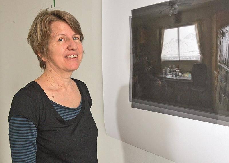 Karilee Fuglem pose devant Window (Talking to Dad)